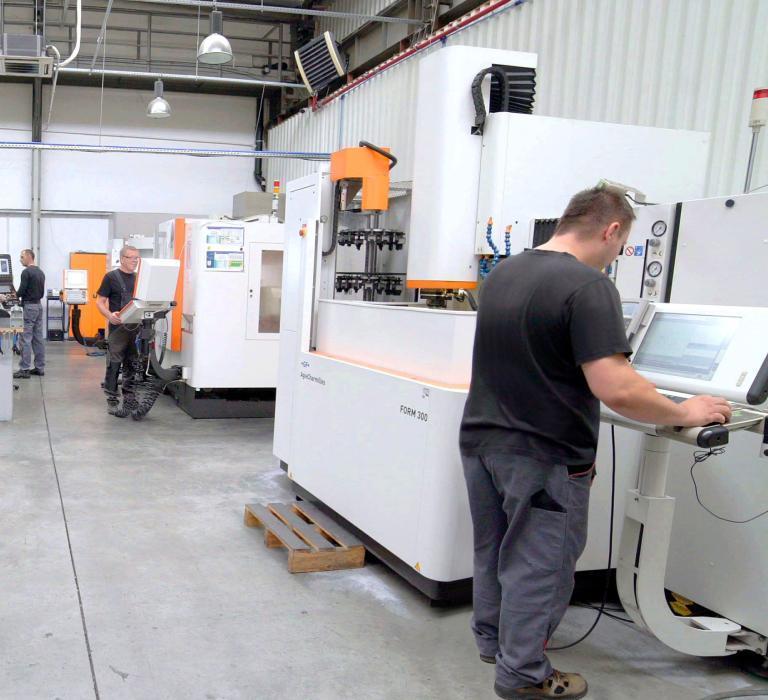 hala produkcyjna zpracownikami przy maszynach
